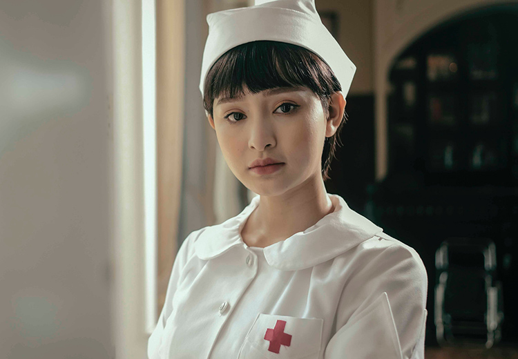 Hiền Hồ trong tạo hình y tá ở MV Gặp nhưng không ở lại. Ảnh: Nhật Duy.