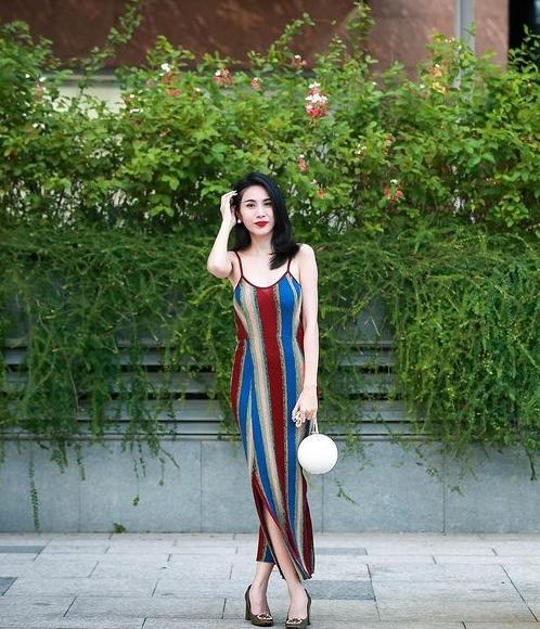 Thủy Tiên thích dùng phụ kiện làm điểm nhấn. Trên nền trang phục đơn giản, cô tạo sự cuốn hút bằng túi xách hàng hiệu như túi quả cầu của Chanel, túi Louis Vuitton, túi Hermes...