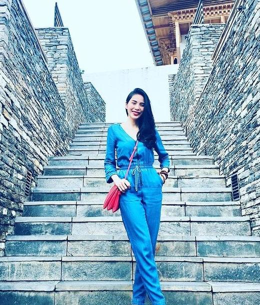 Thủy Tiên chọn jumpsuit đơn sắc khi đi du lịch.