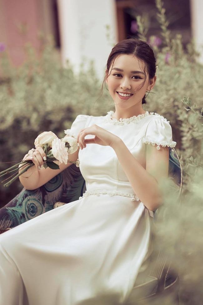 Tường San chia sẻ ảnh cưới nhưng vẫn giấu mặt chú rể. Ảnh: Lê Chí Linh.
