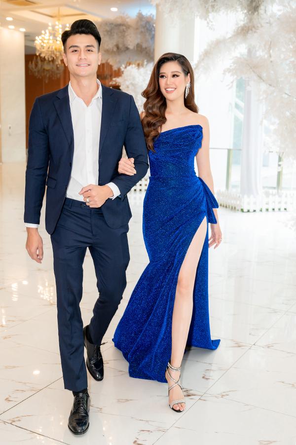 Bộ đôi diện trang phục cùng tông xanh navy khi tham dự sự kiện.