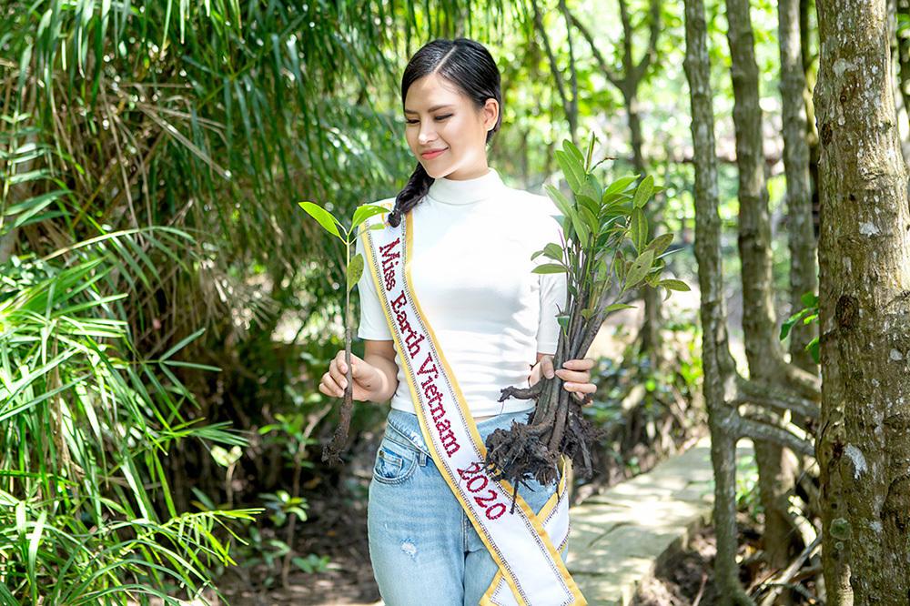 Thái Thị Hoa giới thiệu về rừng ngập mặn Cần Giờ ở Miss Earth. Ảnh: Cao Huy.