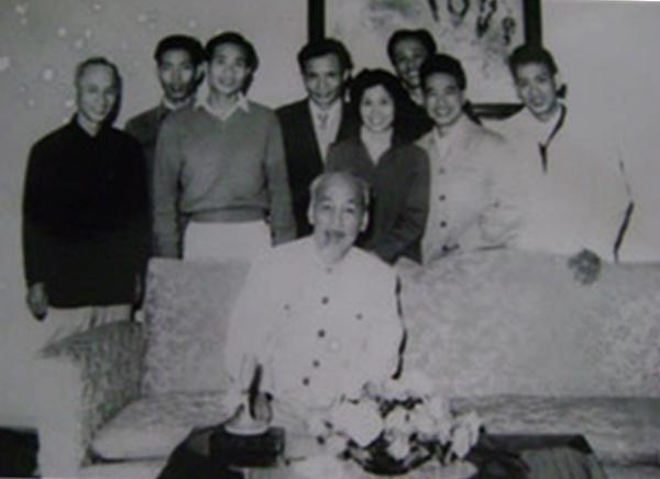 Trần Thị Tuyết (cầm giấy) ngâm thơ cho Chủ tịch Hồ Chí Minh nghe năm 1962. Ảnh: Tư liệu.