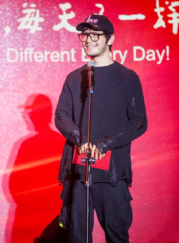 Diễn viên mặc áo len rách màu đen kết hợp quần bộ đội tham dự Tuần phim trẻ Trung Quốc hôm 26/10. Ảnh: Sina.