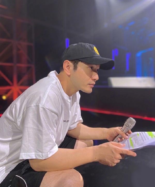Diễn viên trong hậu trường chương trình Tỷ tỷ đạp gió rẽ sóng hôm 3/9. Ảnh: Weibo Huỳnh Hiểu Minh.