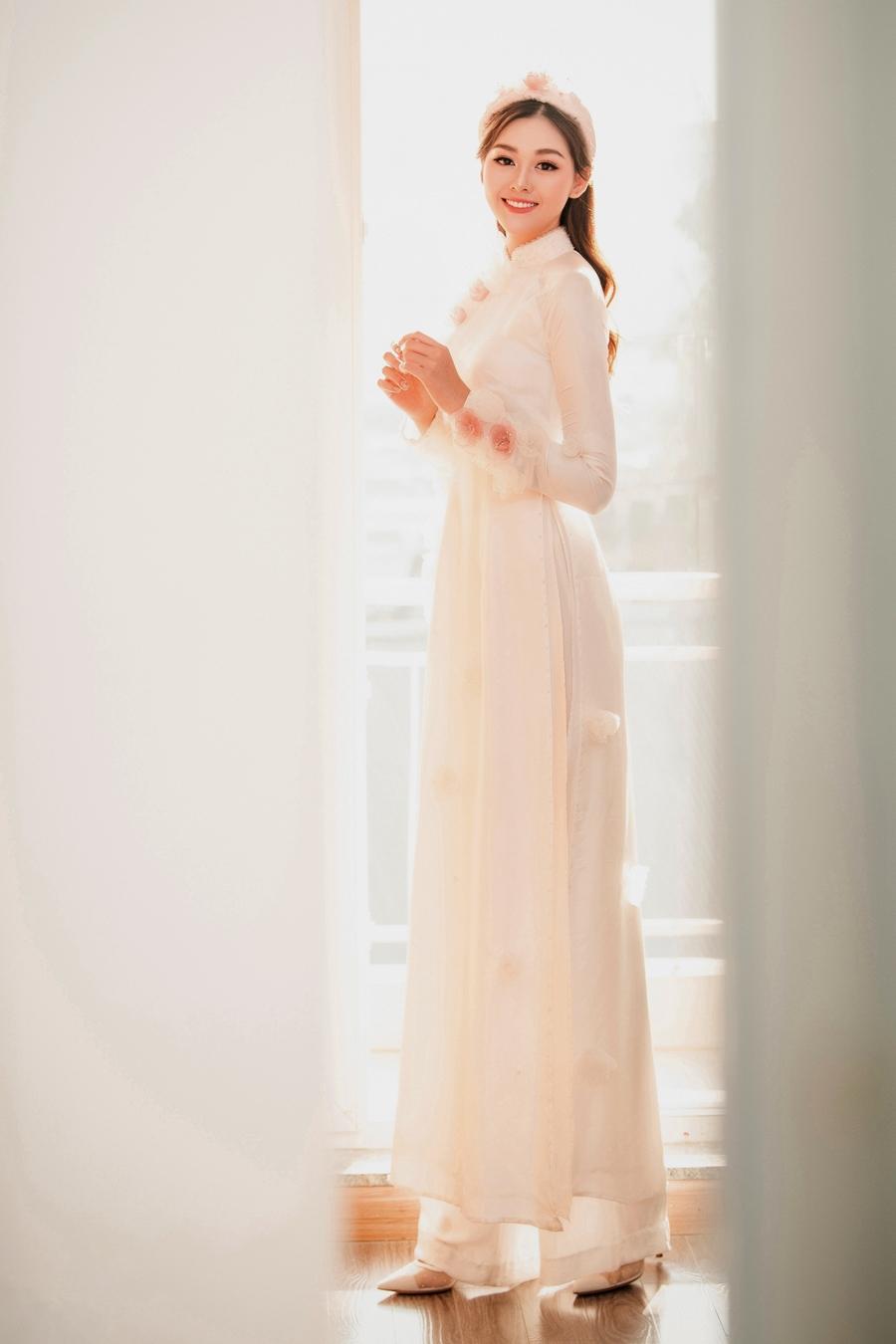 Tường San diện áo dài truyền thống trong lễ rước dâu tại nhà riêng. Ảnh: Sen Vàng.