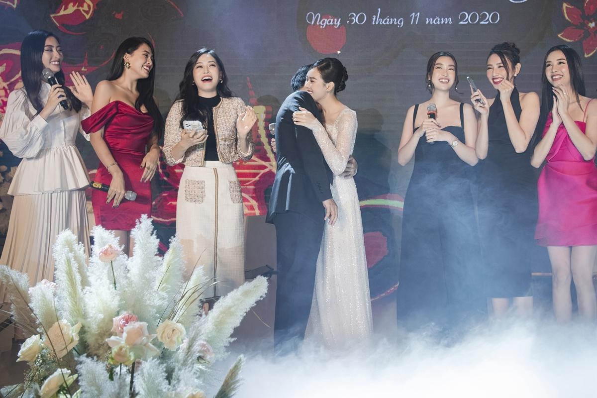 Khi các người đẹp hát đến câu: Anh cưới San không? (cải biên từ lời hát Anh cưới em không (ca khúc Cầu hôn của nhạc sĩ