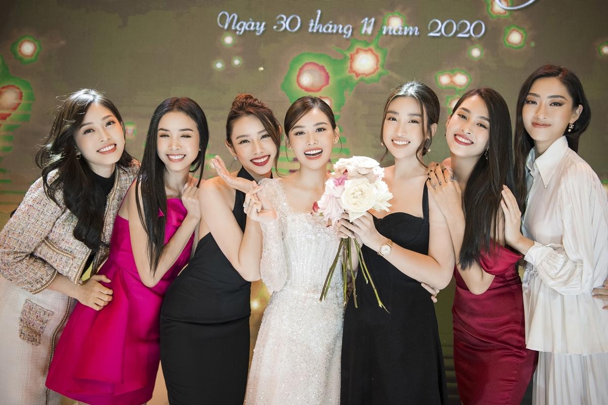 Hội bạn thân cô dâu (từ trái sang): Phương Nga, Thúy An, Thùy Tiên,