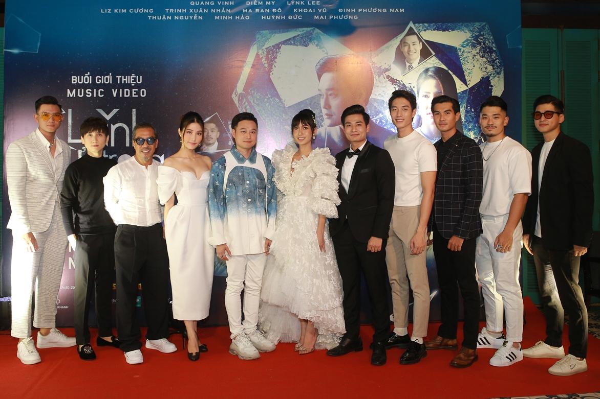 Dàn diễn viên khách mời và nhà sản xuất chụp ảnh cùng Quang Vinh. Ảnh: Quang Duy.
