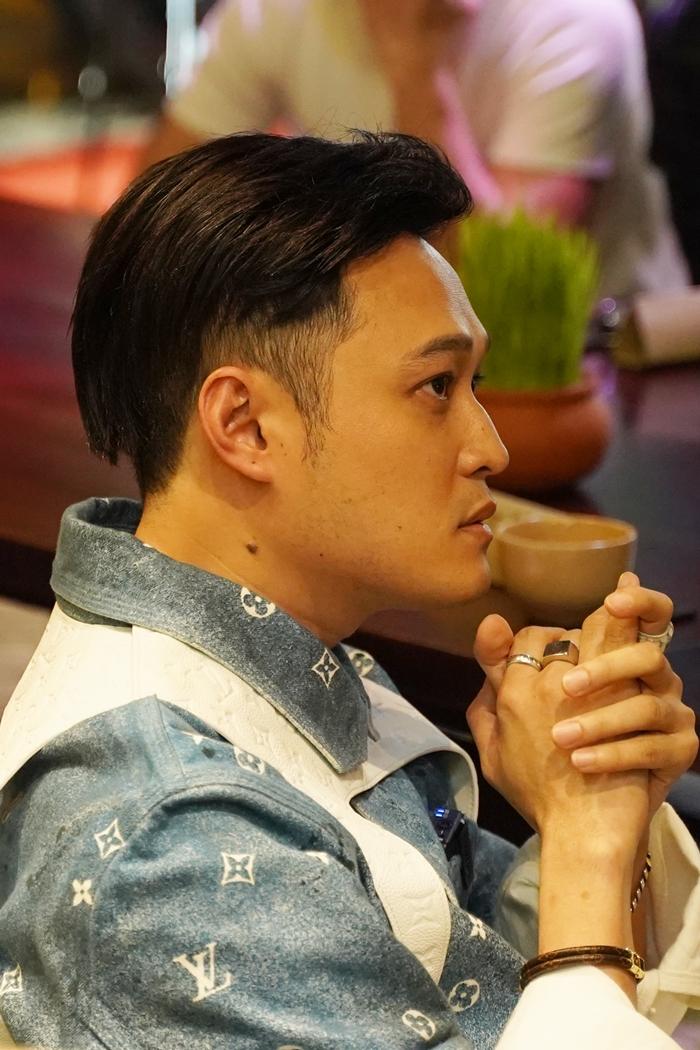 Quang Vinh căng thẳng khi xem MV của mình trước giờ phát hành. Ảnh: Quang Duy.