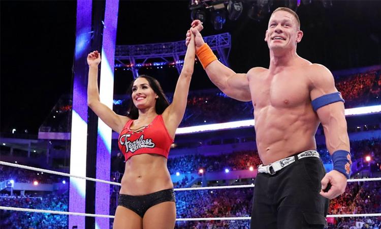 John Cena từng cầu hôn Nikki Bella trên sàn đầu WWE năm 2017. Ảnh: