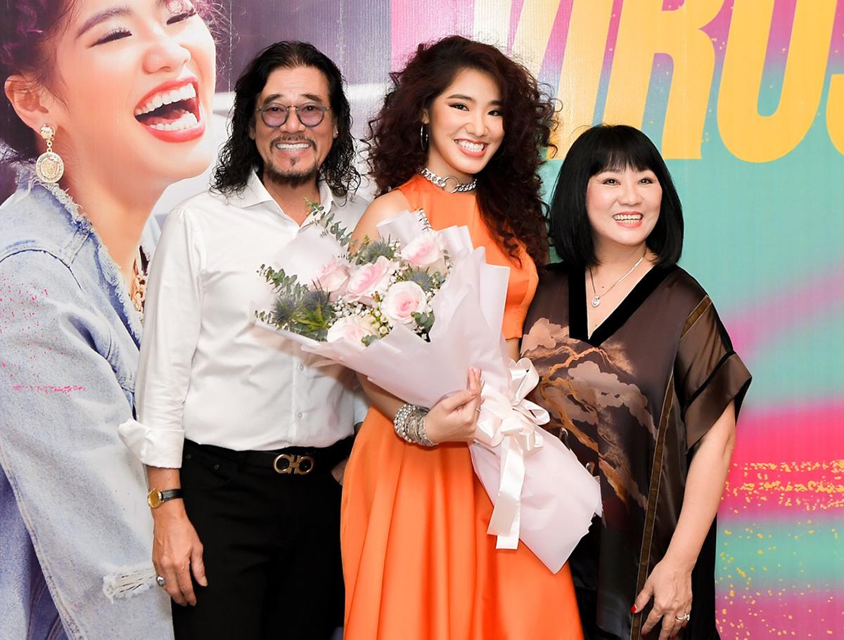 Con gái Cẩm Vân bên bố mẹ trong buổi ra mắt MV hôm 2/12. Ảnh: Thành Phạm.