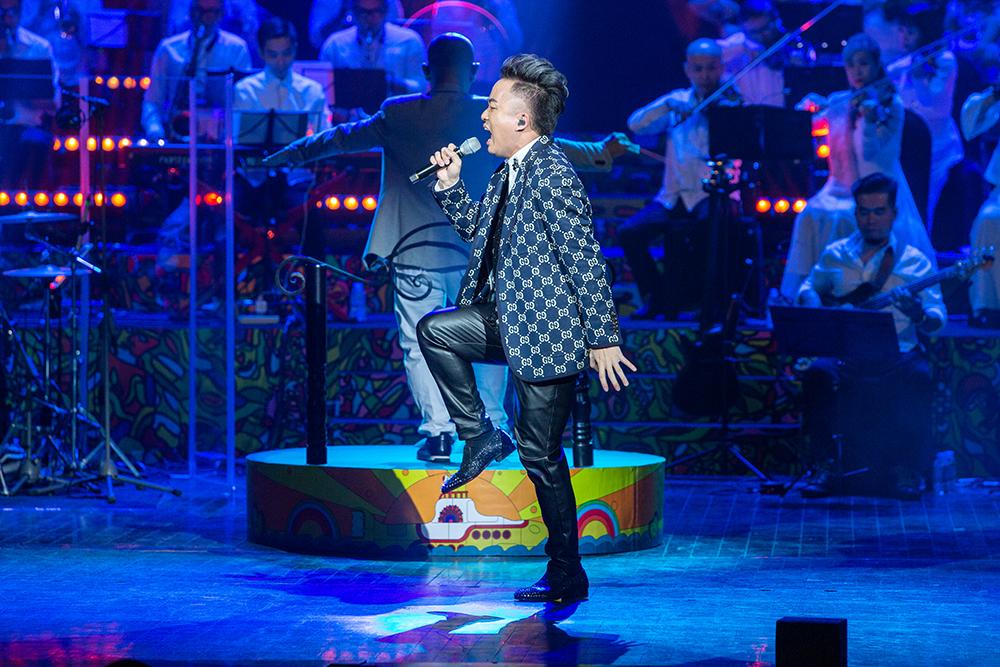Sau đêm nhạc cá nhân hôm 28/11, Tùng Dương tiếp tục thỏa sức ca hát với nhạc The Beatles. Ảnh: Hải Bá.