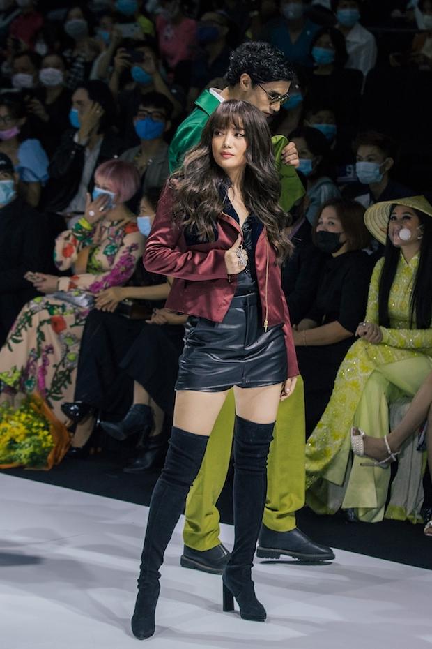 Nữ diễn viên, nhà sản xuất khoe cá tính với bộ trang phục