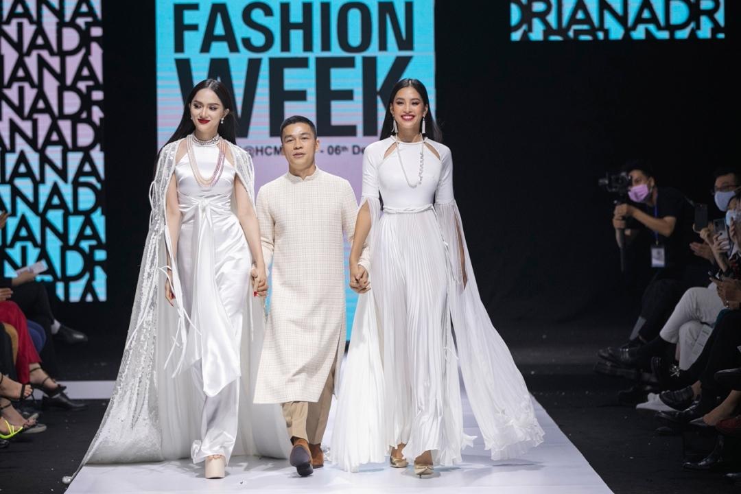 Hương Giang, Adrian Anh Tuấn và Tiểu Vy cùng chào kết, khép lại Tuần thời trang Quốc tế Việt Nam 2020. Ảnh: Kiếng Cận.
