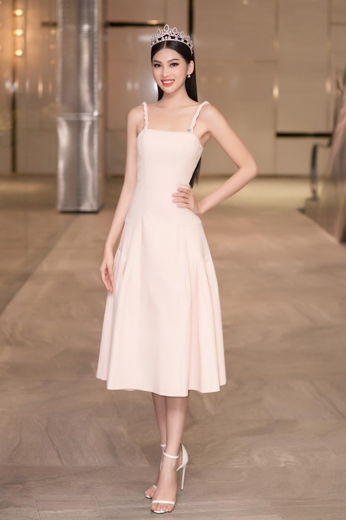 Váy hai dây phom dáng ôm nhẹ phần eo giúp cô