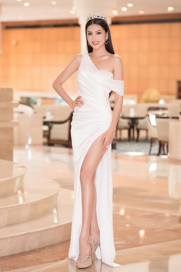 Ngọc Thảo tiếp tục chọn một mẫu váy dạ hội lệch vai, xẻ đùi