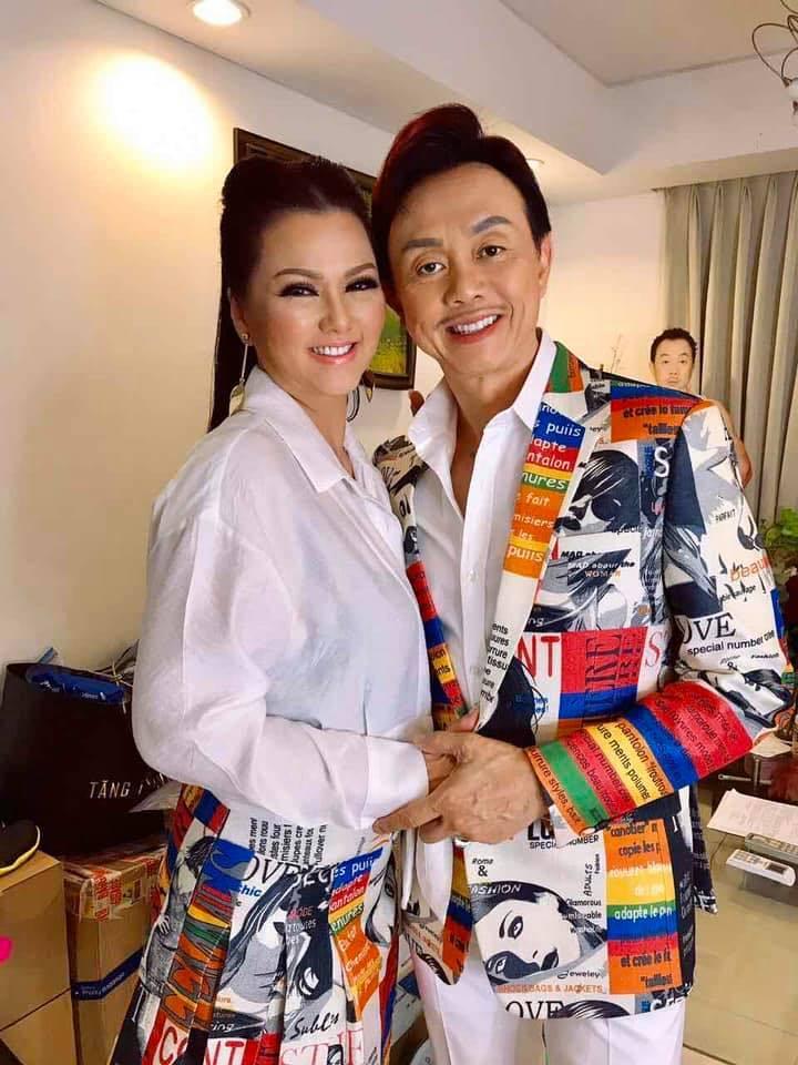Nghệ sĩ Chí Tài bên người vợ gắn bó hơn 30. Ảnh: Chí Tài Official.