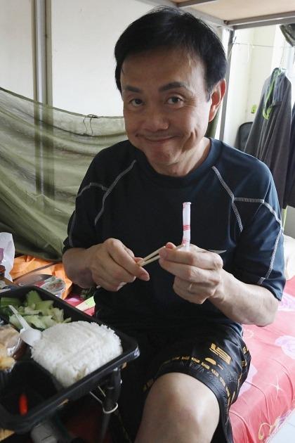 Chí Tài ăn cơm tại khu cách ly tập trung. Ảnh: Tiến Đạt.