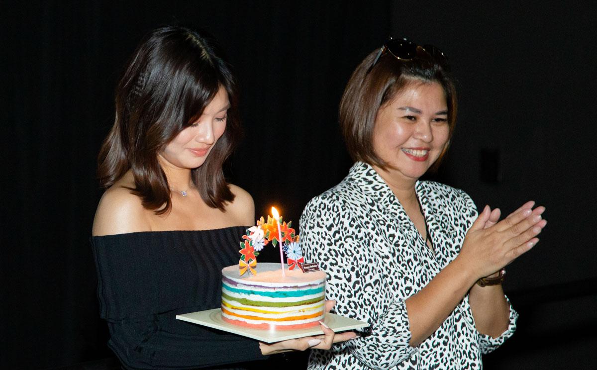 Mẹ Hoàng Yến Chibi (phải) và các nghệ sĩ hát Happy birthday. Ca sĩ không tổ chức sinh nhật như mọi năm. Thay vào đó, cô mời bạn bè, đồng nghiệp đến dự buổi ra mắt phim tài liệu Cánh chim rực rỡ, sau một năm quay hình.