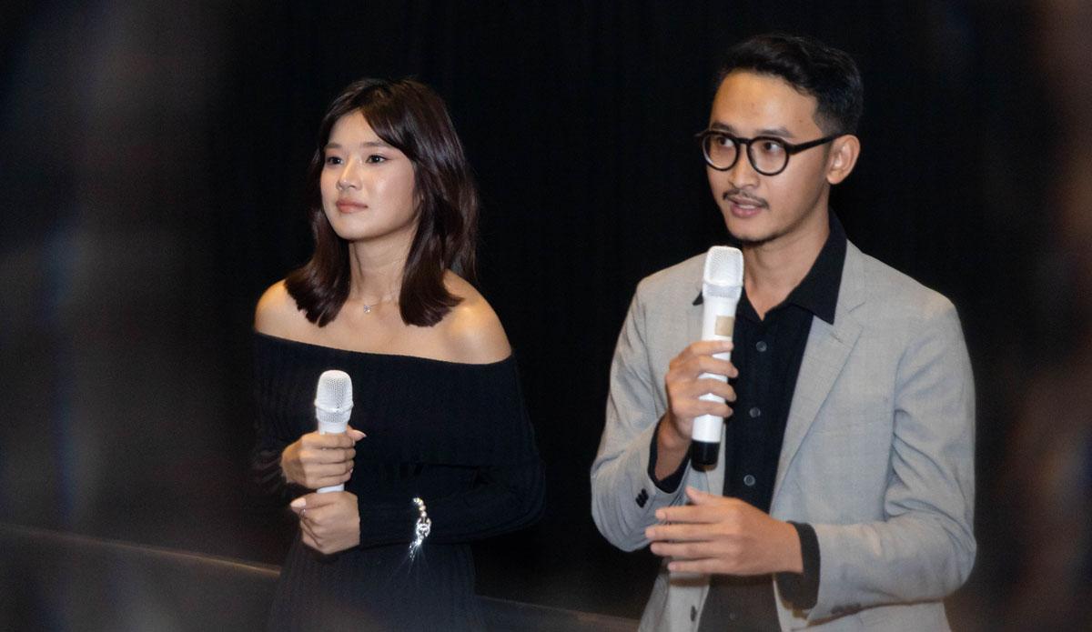 Đạo diễn Nguyễn Lê Trung Hải (phải) -  người thực hiện phim Cánh chim rực rỡ vốn là fan 10 năm của ca sĩ sinh năm 1995.