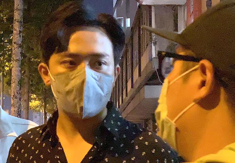 Trấn Thành hỏi thăm chuyện hậu sự của đàn anh Chí Tài trước Trung tâm Pháp y. Ảnh: Mai Nhật.