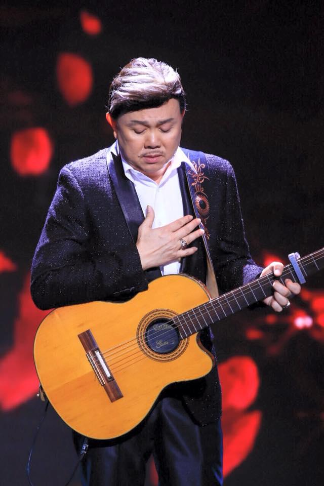 Chí Tài không quên đam mê đàn hát suốt 30 năm theo nghiệp diễn. Ảnh: Chí Tài Official.