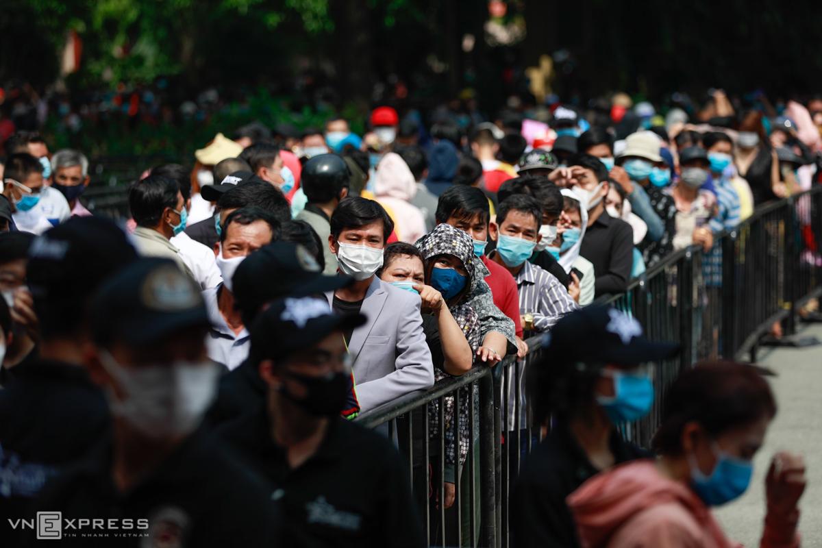 Đến chiều, dòng người vẫn nối tiếp nhau vào viếng nghệ sĩ. Lễ viếng dự kiến kéo dài đến 17h30, sau đó linh cữu được đưa ra sân bay Tân Sơn Nhất, về Mỹ theo nguyện vọng của gia đình. Ảnh: Hữu Khoa.