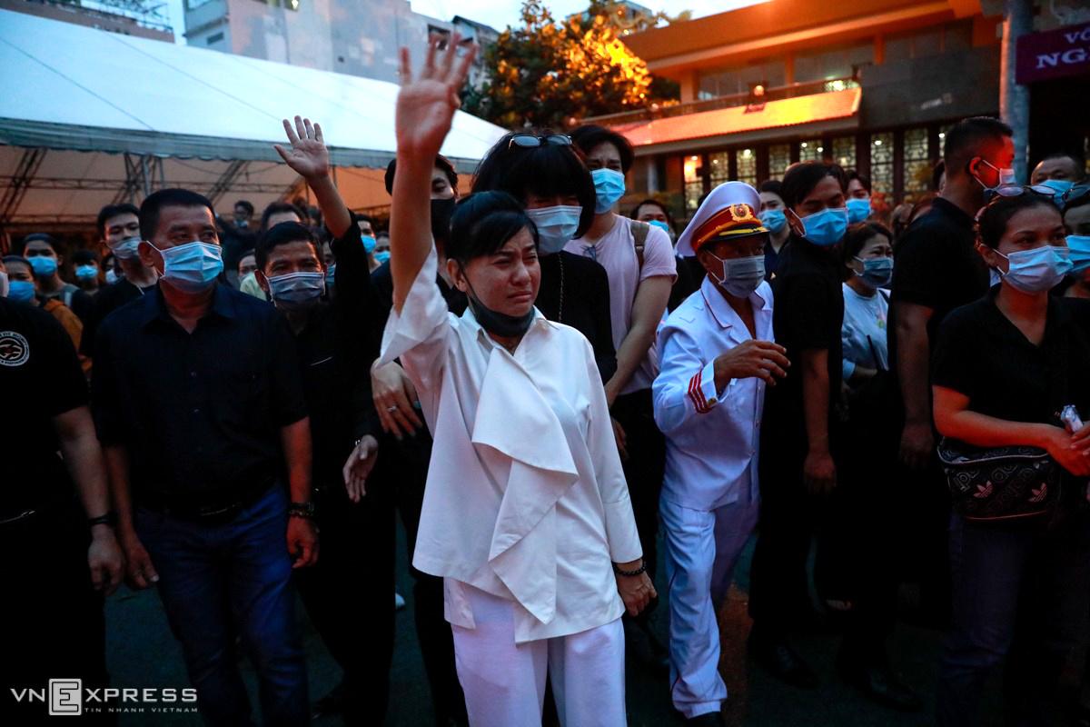 Nghệ sĩ Cát Phượng (áo trắng) cùng khán giả vẫy tay vĩnh biệt Chí Tài. Ảnh: Hữu Khoa.