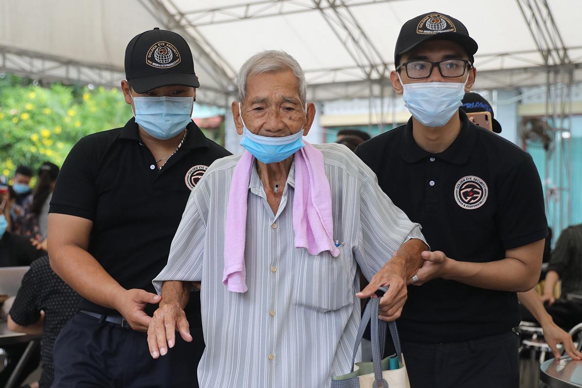 Khán giả được dìu vào trong Nhà tang lễ tiễn biệt nghệ sĩ Chí Tài. Ảnh: Quỳnh Trần.