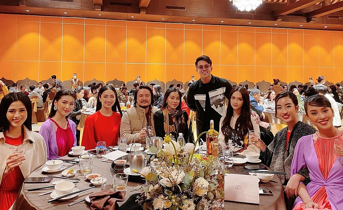 Matt Liu ôm Hương Giang chụp ảnh lưu niệm cùng dàn hoa hậu. Ảnh: Facebook Hương Giang.