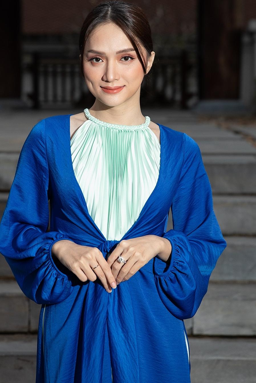 Người đẹp diện trang phục nằm trong bộ sưu tập mới, lấy cảm hứng từ văn hóa Bắc bộ.