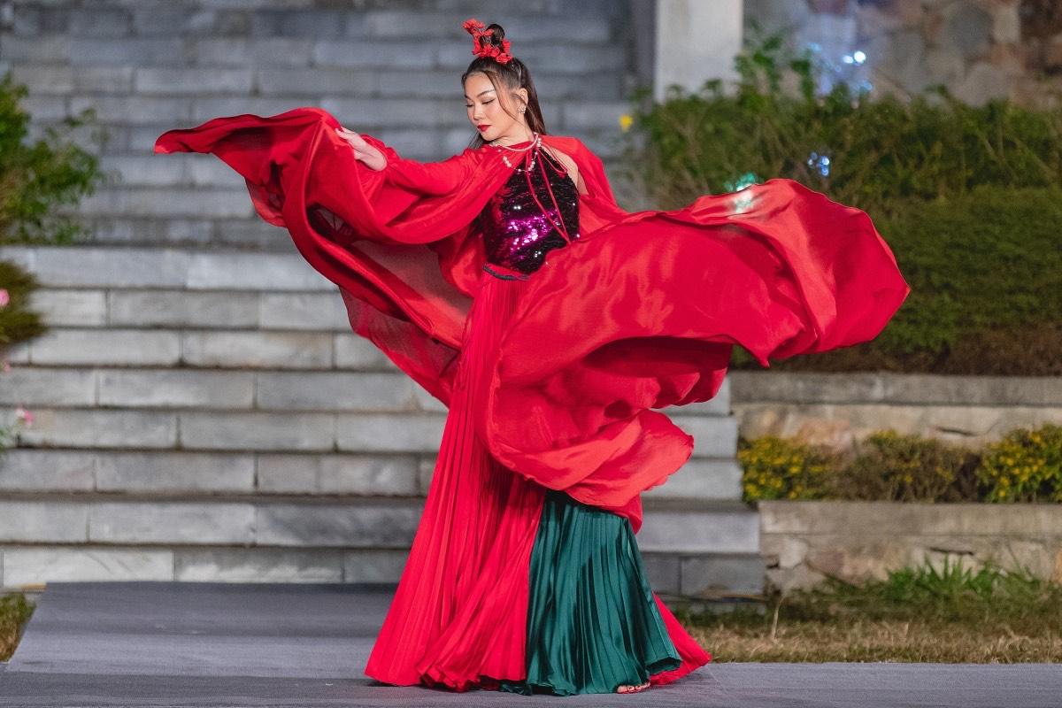 Người mẫu Thanh Hằng trình diễn show Adrian Anh Tuấn ở Yên Tử, tối 16/12. Ảnh: Huy Nguyễn.