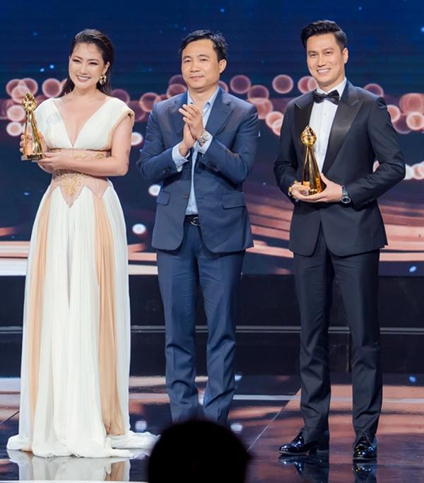 Việt Anh (phải) trên sân khấu nhận giải. Ảnh: BTC.