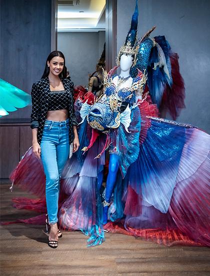 Tân hoa hậu Amanda Obdam bên cạnh bộ trang phục dân tộc cô sẽ mặc tại Miss Universe 2020. Ảnh: MUT.