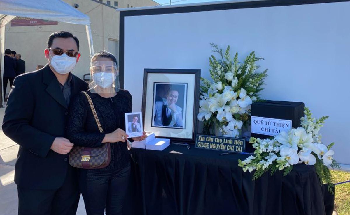 Nghệ sĩ cải lương Ngọc Huyền cùng chồng. Chị cho biết thay mặt mẹ chồng - ca sĩ Thanh Tuyền - bày tỏ sự thương tiếc trước sự ra đi của Chí Tài.