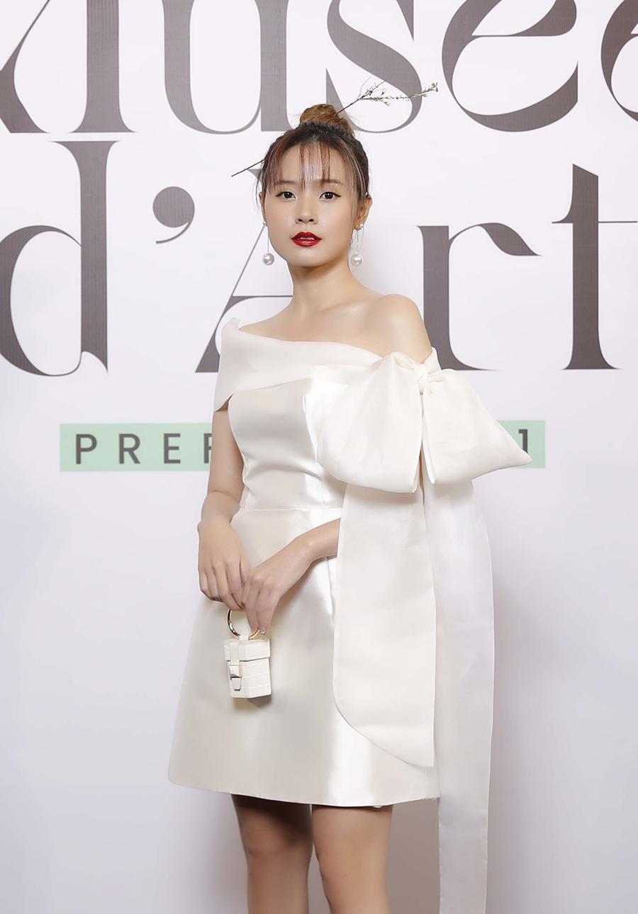 Diễn viên Midu theo đuổi mốt túi mini với váy ngắn.