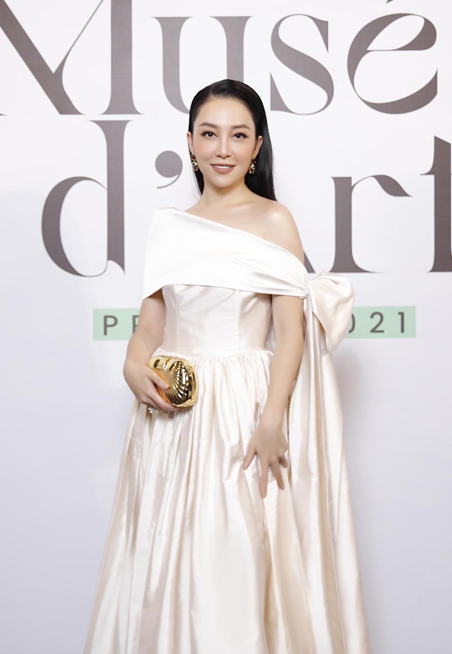 Linh Nga diện đầm hở vai cùng ví cầm tay ánh kim.