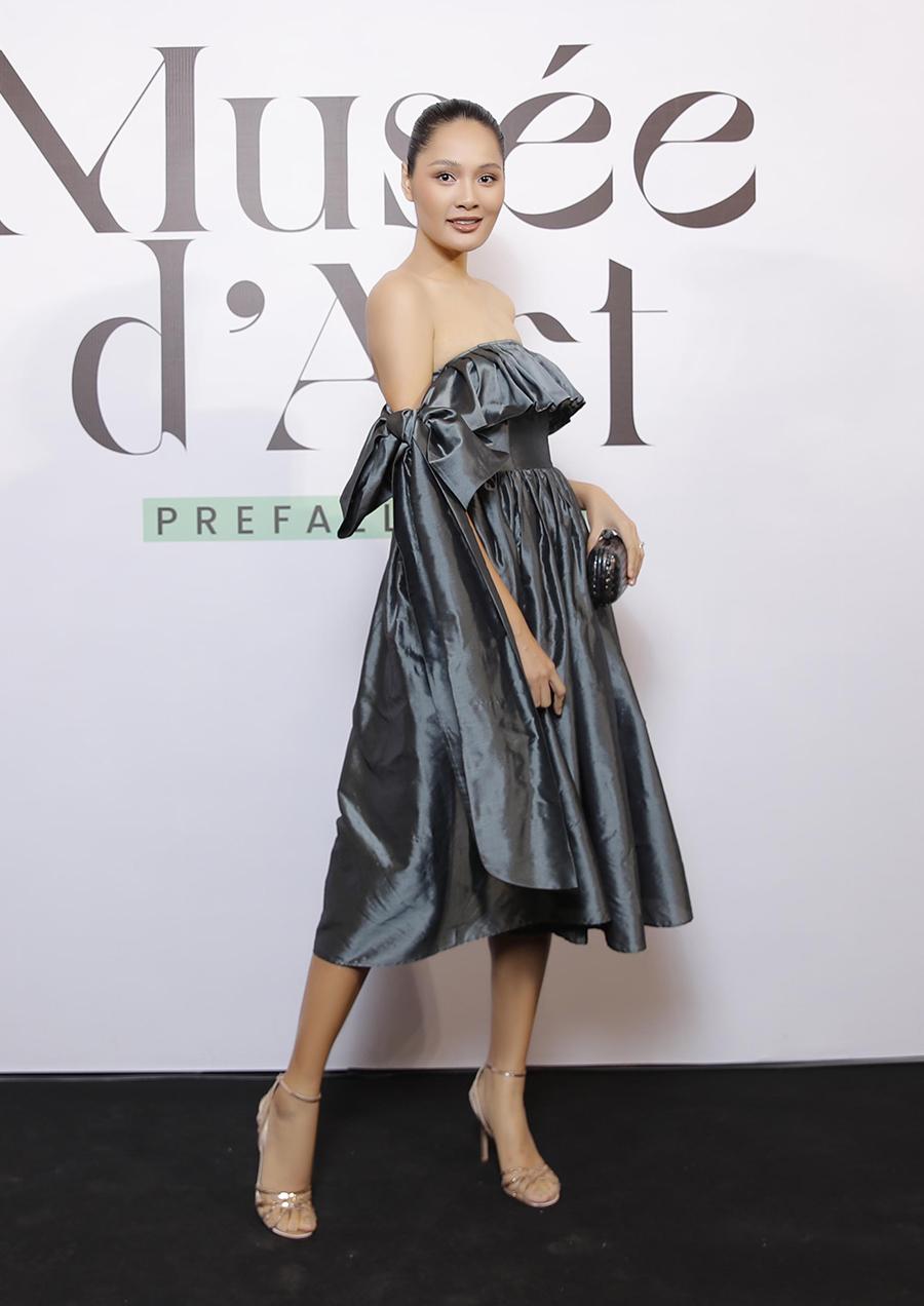 Hoa hậu Hương Giang diện váy lụa với điểm nhấn thắt nơ ở tay.