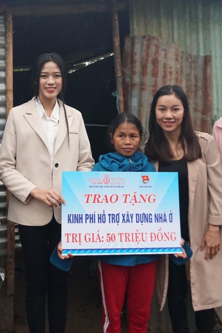 Đỗ Thị Hà (trái) và bà Phạm Kim Dung trao quà cho người dân xã Trà Don. Ảnh: Sen Vàng.