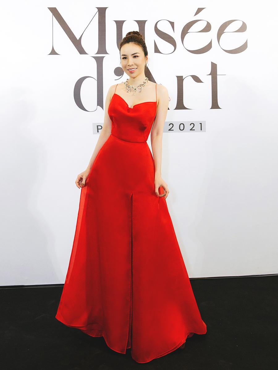 Người đẹp Hoàng Dung chọn váy xẻ tà, xẻ ngực.