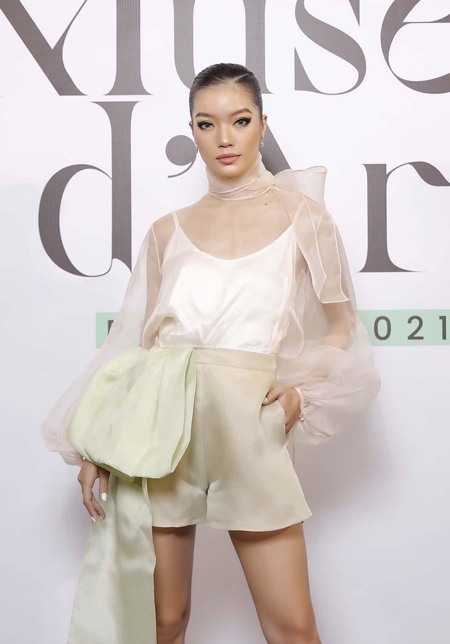 Người mẫu Lâm Bích Tuyền kết hợp áo lụa organza xuyên thấu với quần thắt nơ khổng lồ.