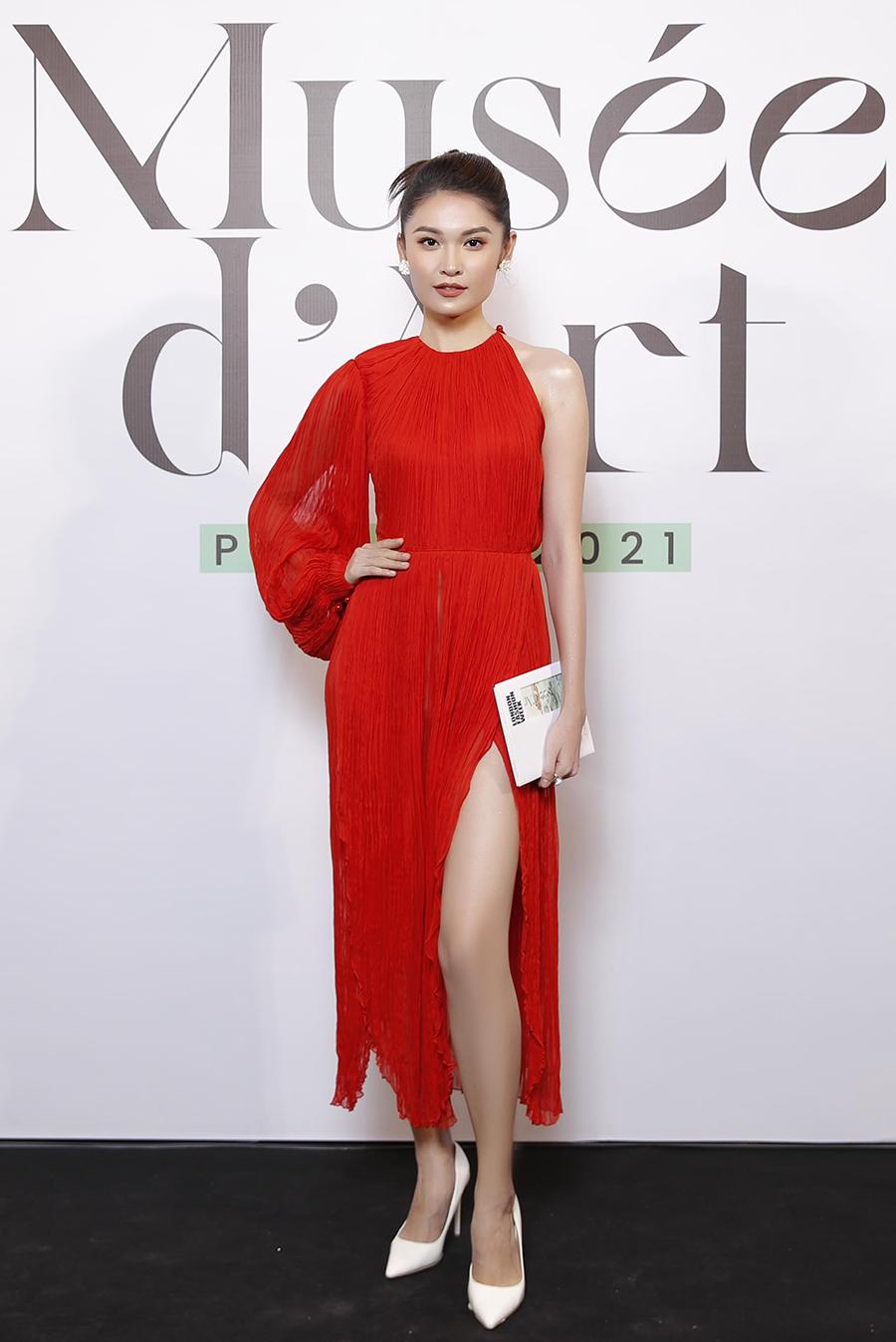 Á hậu Thùy Dung chọn đầm lụa đỏ bất đối xứng kết hợp giày cao gót trắng.