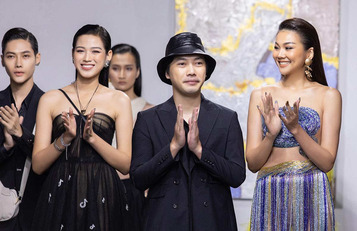 Nhà thiết kế Trần Hùng (giữa) bên vedette Thanh Hằng (phải) và hoa hậu Đỗ Thị Hà.