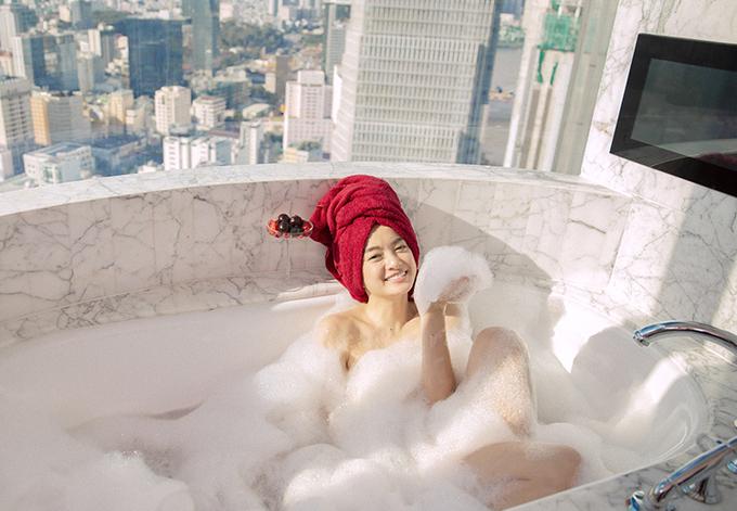 đóng cảnh tắm bồn trong một penthouse ở trung tâm TP HCM.