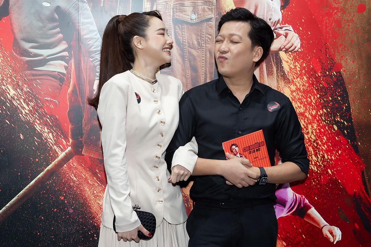 Trường Giang - Nhã Phương sánh đôi trên thảm đỏ. Nam diễn viên thân thiết với nghệ sĩ Thu Trang từ những ngày đầu diễn chung các tiểu phẩm hài.
