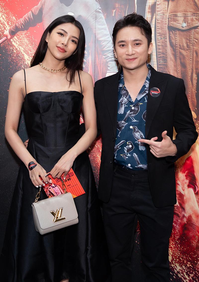 Ca sĩ Phan Mạnh Quỳnh dẫn bạn gái Huỳnh Khánh Vy đi xem phim. Họ quen nhau được 5 năm và tính đến chuyện kết hôn. Với anh, bạn gái thông minh, hài hước, khéo léo khi giao tiếp.