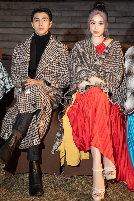 Bình An và bạn gái - hoa hậu Phương Nga - đi xem thời trang với áo khoác và khăn choàng làm từ những chất liệu tweed khác nhau.