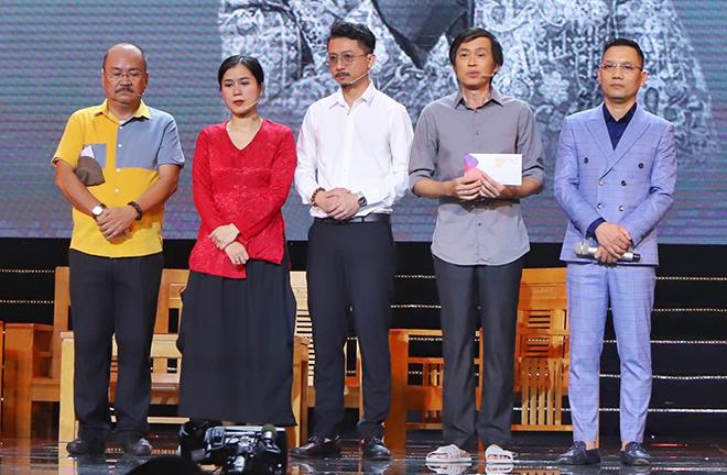 Nghệ sĩ Hoàng Sơn, Lâm Vỹ Dạ, Hứa Minh Đạt, Hoài Linh, đạo diễn Hoa Dương (từ trái sang) khi nhắc đến nghệ sĩ Chí Tài. Ảnh: HD.