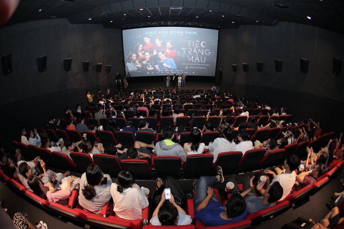 Hình ảnh khán giả ra rạp xem Tiệc trăng máu. Ảnh: Lotte.